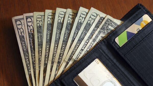 Доллары и бумажник, фото из архива - Sputnik Азербайджан