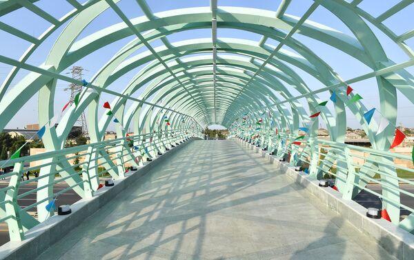 Новый надземный пешеходный переход на автодороге Мардакян-Загульба  - Sputnik Азербайджан