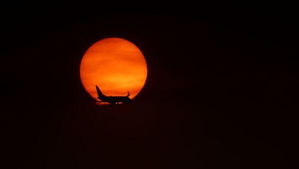 Самолет недалеко от аэропорта Лонг-Бич, Калифорния  - Sputnik Азербайджан