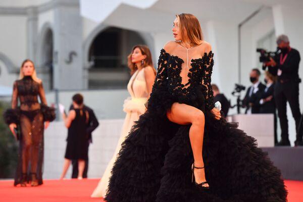 Итальянская модель Elisa De Panicis на красной дорожке 77-го Венецианского кинофестиваля - Sputnik Азербайджан
