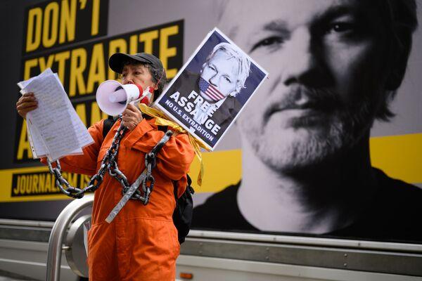 Сторонница Джулиана Ассанжа на митинге против экстрадиции Джулиана Ассанжа в Лондоне, Великобритания - Sputnik Азербайджан