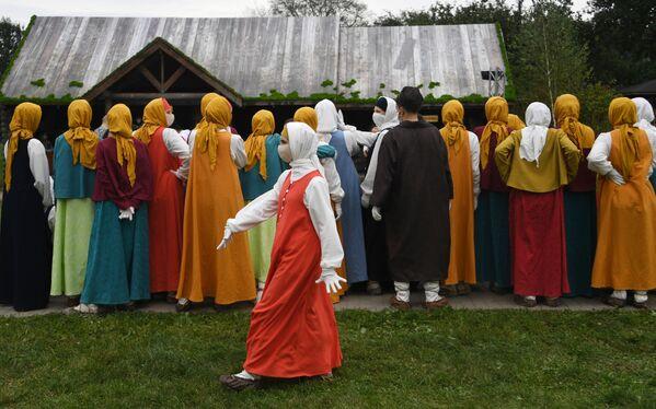 Реконструкторы воссоздают жизнь Москвы XVI-XVII веков в парке Коломенское в День города - Sputnik Азербайджан