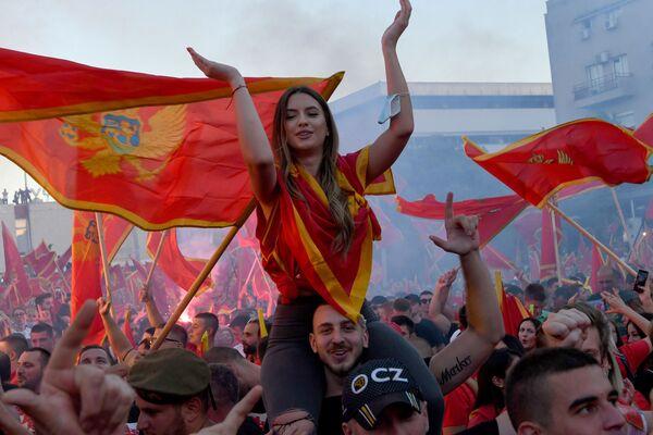 Участники митинга после парламентских выборов в Подгорице, Черногория - Sputnik Азербайджан
