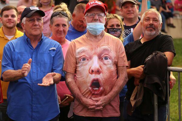 Сторонники Дональда Трампа во время его предвыборного выступления в аэропорту Смит-Рейнольдс в Уинстон-Салеме, США - Sputnik Азербайджан
