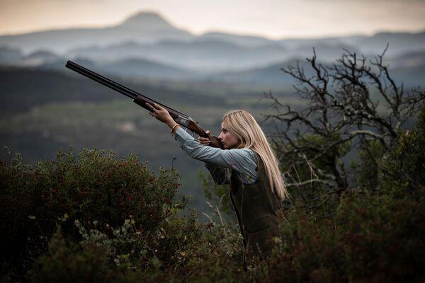 Французская охотница Джоанна Клермон во время фотосессии в сельской местности недалеко от Перпиньяна - Sputnik Азербайджан
