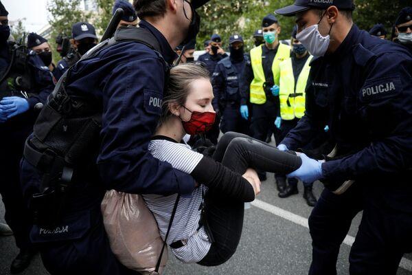 Полиция задерживает участницу протеста Extinction Rebellion в Варшаве - Sputnik Азербайджан