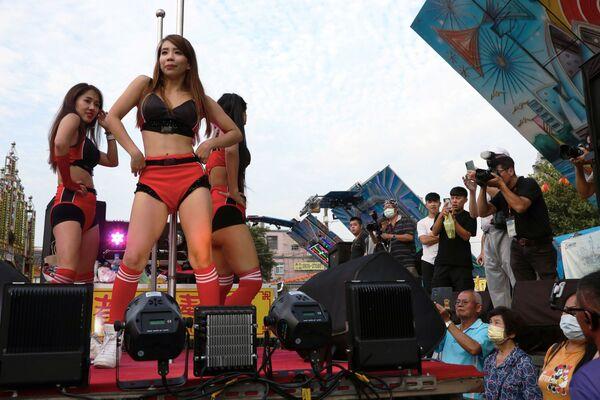 Танцоры выступают во время «конкурса самых толстых свиней» на фестивале голодных призраков в Таоюане, Тайвань - Sputnik Азербайджан