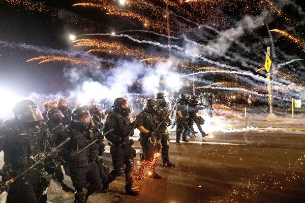 Полиция разгоняет протестующих во время демонстрации в Портленде - Sputnik Азербайджан