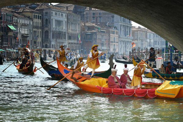 Ежегодная традиционная историческая регата гондол и лодок (Regata Storica) на Гранд-канале в Венеции - Sputnik Азербайджан