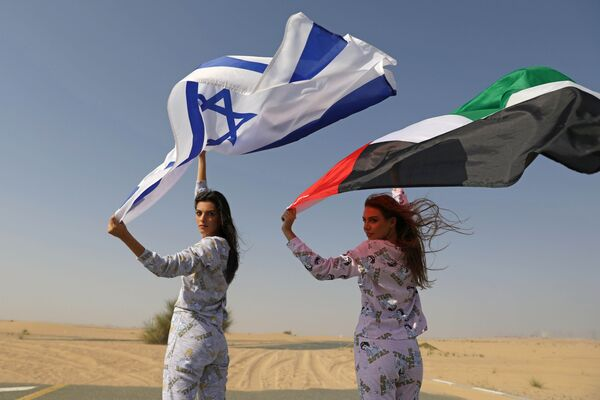 Модели из Израиля и ОАЭ с флагами стран во время фотосессии для модного бренда FIX's Princess Collection в Дубае  - Sputnik Азербайджан