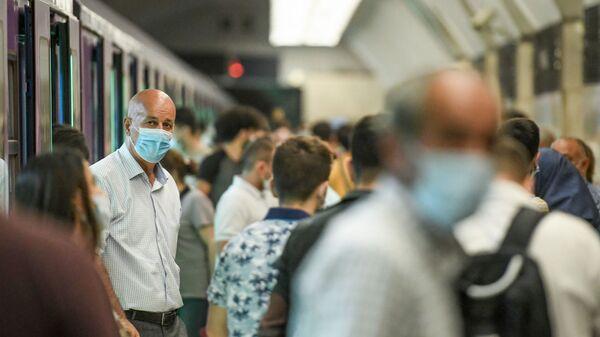 Пожилие люди в бакинском метро - Sputnik Азербайджан