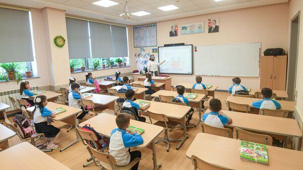 Занятия в одной из бакинских школ, фото из архива - Sputnik Азербайджан