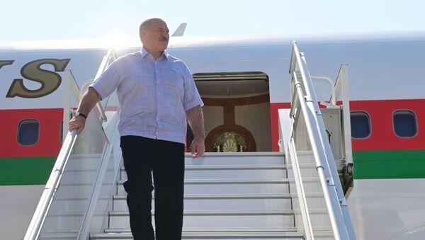 Президент Белоруссии Александр Лукашенко в аэропорту Сочи - Sputnik Азербайджан