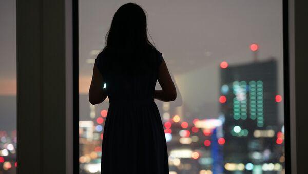 Одинокая женщина у окна - Sputnik Азербайджан