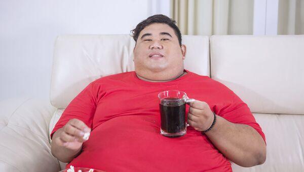 Толстый мужчина с колой и попкорном - Sputnik Azərbaycan