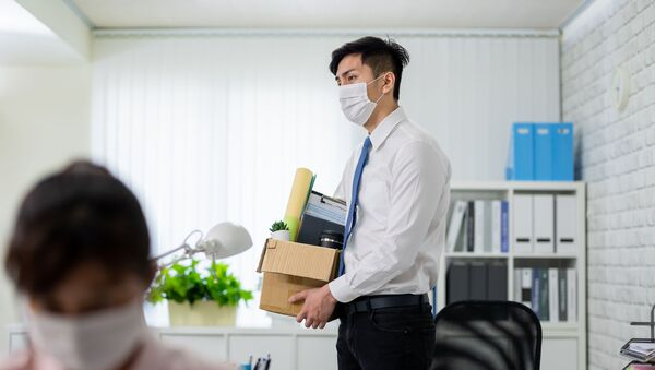 Мужчина в маске забирает свои вещи из офиса - Sputnik Азербайджан