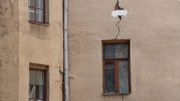 Трещина в стене жилого дома, фото из архива - Sputnik Азербайджан