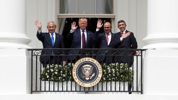 Премьер-министр Израиля Биньямин Нетаньяху, президент США Дональд Трамп, министр иностранных дел Бахрейна Абдуллатиф Аль Заяни и министр иностранных дел Объединенных Арабских Эмиратов (ОАЭ) Абдулла бин Зайед машут с балкона Белого дома - Sputnik Азербайджан