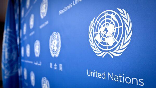 Логотип ООН в штаб-квартире Организации Объединенных Наций - Sputnik Азербайджан