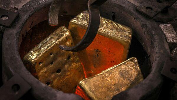 Рабочий плавит золотые слитки, фото из архива - Sputnik Азербайджан