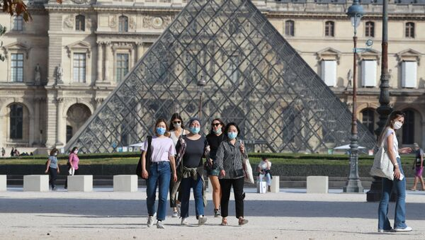 Люди в масках гуляют перед Лувром, Франция - Sputnik Азербайджан