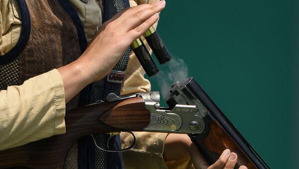 Мужчина с ружьем в руках, фото из архива - Sputnik Азербайджан