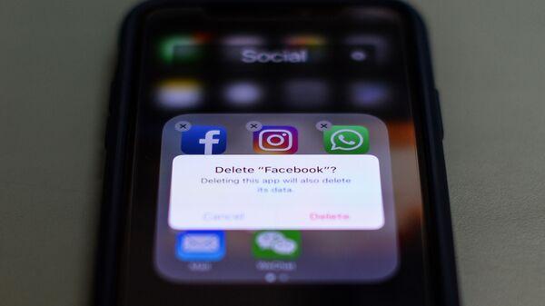 Приложение  Facebook, Instagram и WhatsApp на экране телефона, фото из архива - Sputnik Azərbaycan