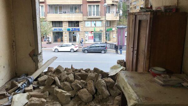 Просевшая крыша на улице Низами в Баку - Sputnik Азербайджан