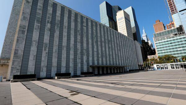 Здание ООН в Нью-Йорке. Территория опустела во время пандемии коронавируса - Sputnik Азербайджан