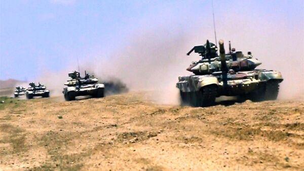 Танковые подразделения во взаимодействии с артиллерией выполняют учебно-боевые задачи - Sputnik Азербайджан