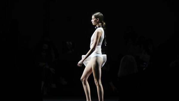 Модель в наряде из коллекции Simona Marziali на Миланской неделе моды - Sputnik Азербайджан