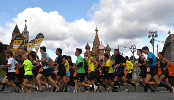 Участники на дистанции Московского марафона - 2020 - Sputnik Азербайджан