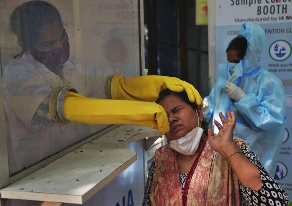Медицинский работник проводит тест в Индии - Sputnik Азербайджан