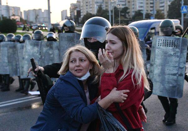 Сотрудники милиции и участники акции протеста в Минске - Sputnik Азербайджан