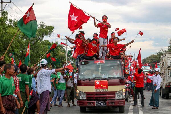 Сторонники партии НЛД проезжают рядом с членами партии ПОСД в Мандалае, Мьянма  - Sputnik Азербайджан