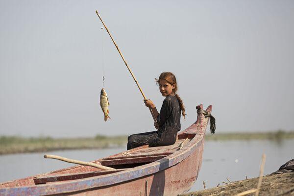Девочка ловит рыбу недалеко от города Басра, Ирак  - Sputnik Азербайджан