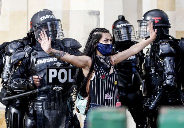 Участница акции протеста в Боготе, Колумбия - Sputnik Азербайджан