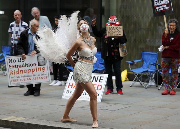 Танцовщица на акции протеста напротив Центрального уголовного суда Олд-Бейли в Лондоне, Великобритания - Sputnik Азербайджан