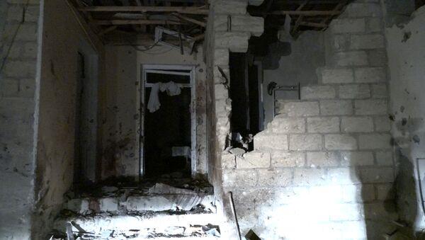Разрушенный дом в результате атаки армян в Нафталане - Sputnik Азербайджан