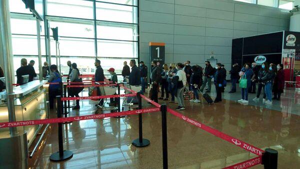 Специальным рейсом из Еревана в Россию вернулись 123 российских гражданина (27 апреля 2020). Еревaн - Sputnik Азербайджан