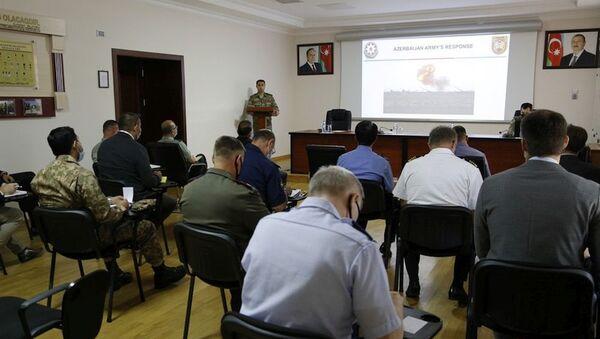 Во время встречи с военными атташе - Sputnik Азербайджан