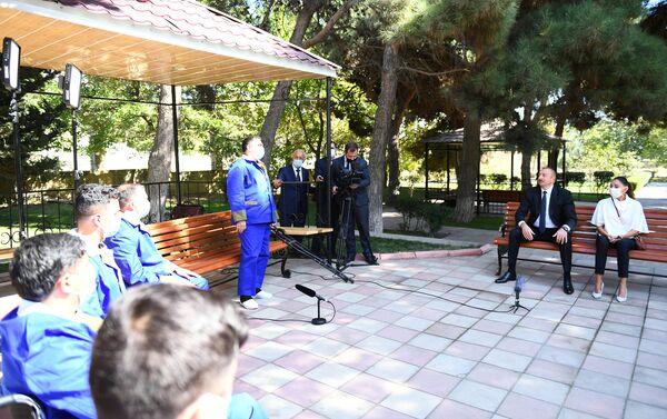 Президент Азербайджана Ильхам Алиев и первая леди Мехрибан Алиева во время встречи с раненными военнослужащими - Sputnik Азербайджан