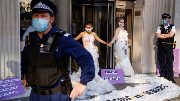 Пандемия коронавируса COVID-19. В Лондоне общественные активисты проводят акцию протеста у всемирно известного издательства Conde Nast - Sputnik Азербайджан