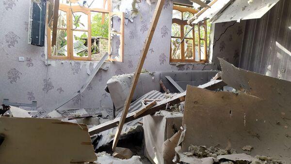 Дом, в который попал артиллерийский снаряд, в селе Алибейли Агдамского района - Sputnik Азербайджан