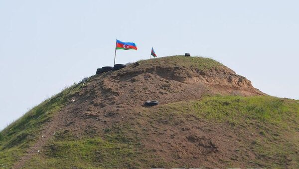 Азербайджанский солдат на освобожденном от оккупации возвышенности Леле Тепе - Sputnik Азербайджан