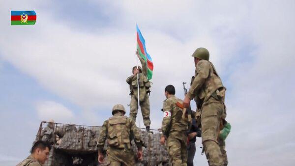 Азербайджанский флаг поднят на посту, где героически сражался Мубариз Ибрагимов - Sputnik Азербайджан