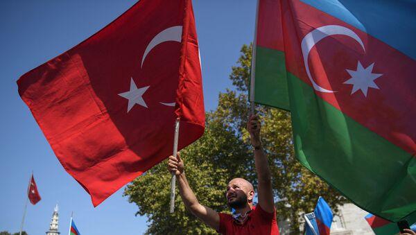 Мужчина с национальными флагами Азербайджана и Турции - Sputnik Azərbaycan