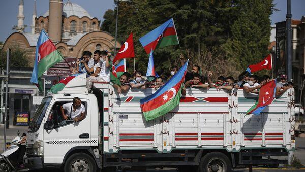 Мужчины с флагами Турции и Азербайджана  - Sputnik Азербайджан
