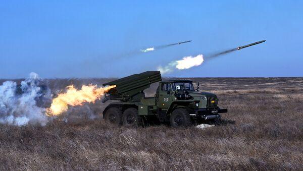 Боевая машина БМ-21 реактивной системы залпового огня Град, фото из архива - Sputnik Азербайджан