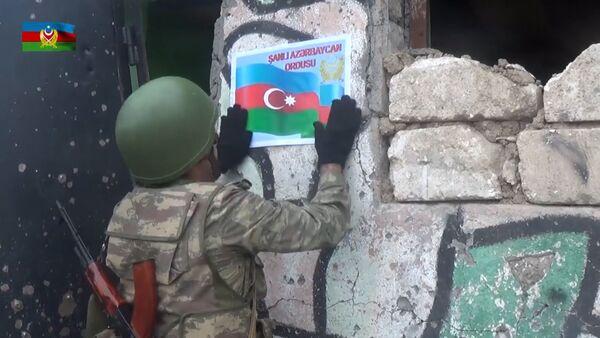 Видеозапись захваченного вражеского поста и трофеев  - Sputnik Азербайджан